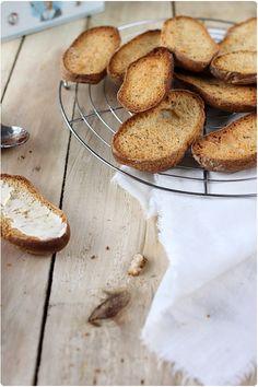 """Toujours dans mes envies du """"total fait maison"""", je vous propose une recette de petits pains grillés façon Krisproll ou Heudebert. Loin d'être compliqué, l"""