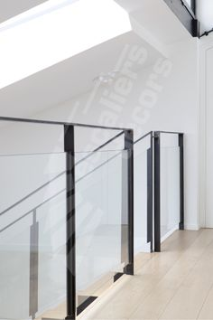 Photo – ESCA & # DROIT® Railings composed of a handrail, graphical flat iron uprights and clear laminated glass panels for transparency and modernity. – © Photo: Nicolas GRANDMAISON Source by escaliersdecors Staircase Handrail, Interior Staircase, Stair Railing, Railing Design, Staircase Design, Escalier Design, New Zealand Houses, Contemporary Stairs, Grades