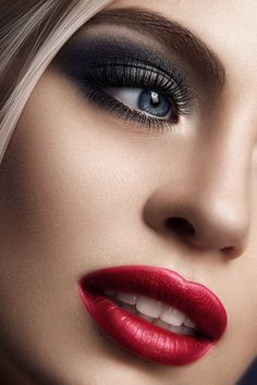Black smoky eye - Red lips