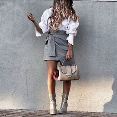 More details on stylebynelli.com Link in Bio. Happy Friday, loves! #stylebynelli #detailsoftheday #details #asseenonme #fromwhereistand #skirt #bag #boots #ootd