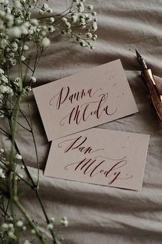 ręcznie pisane winietki, co zachwycają każdego weselnego gościa! Beige Wedding, Wedding Stationery, Place Cards, Place Card Holders, Future, Studio, Diy, Future Tense, Bricolage