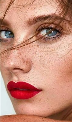 "brodydangeldorpher: ""Baby blues and FRECKLES too "" Schöne Sommersprossen Beautiful Freckles, Most Beautiful Eyes, Stunning Eyes, Black Hair And Freckles, Freckles Girl, Redhead Makeup, Best Eyeshadow Palette, Photoshoot Makeup, Braut Make-up"