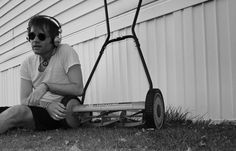 Using a push reel mower to mow the lawn is quite difficult. Read this story about it.