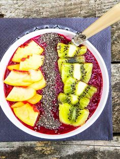 Smoothie Bowls: Diese 5 leckeren Rezepte musst du kennen Smoothie Bowls: You must know these 5 delicious recipes Smoothies Banane, Fruit Smoothies, Healthy Smoothies, Smoothie Proteine, Smoothie Recipes, Superfood, Snacks Sains, Good Food, Yummy Food