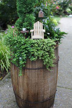 Jak zrobić ogród z beczki :-)  Projektowanie i pielęgnacja ogrodów: www.transgaj.pl  Fairy garden fun...... TAN LINDO!!!!! ;)