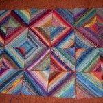 Designerin: Bevor ich dazu komme wie die Decke gestrickt wird möchte ich erst mal ganz deutlich sagen, dass das Design dieser Deckenicht von mirstammt. Ich habe diese Decke zuerst beiBritt gese…