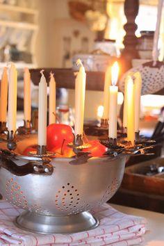 Sjarmerende jul: Dørslag - lipped bowl or colander with candle clips and fruits