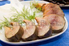 Пожалуй, это один из самых вкусных маринадов для рыбы - она получается очень нежная, с легким золотисто-коричневатым оттенком, и по виду и даже вкусу напоминает скумбрию холодного копчения. При этом не содержит вредных добавок, как магазинная копченая рыба. Единственная сложность - маринуется рыба 3-4 дня, а так хочется поскорее ее попробовать. Но ваше терпение вознаградится сполна - с вареной картошечкой, маринованным лучком - это просто наслаждение.