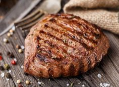 Steaks au BBQ comme dans les grands restaurants (juteux et parfait) Sirloin Steak Recipes, Beef Sirloin, Beef Recipes, Cooking Recipes, Cooking Tips, Beef Steaks, Healthy Recipes, Beef Shoulder Steak, Planks