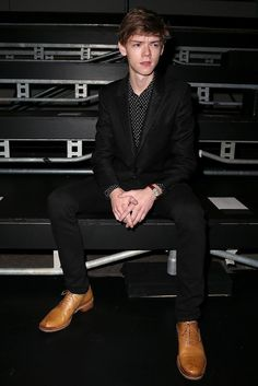 Thomas Brodie-Sangster Does a Lot of People Watching at Saint Laurent Paris Show!: Photo Thomas Brodie-Sangster looks super swoonworthy while attending the Saint Laurent show as part of Paris Fashion Week Womenswear Spring/Summer 2016 on Monday (October… Dylan Thomas, Dylan O'brien, Maze Runner Thomas, Hunger Games, Saint Laurent Paris, Thomas Brodie Sangster, Cute Guys, Celebrity Crush, Celebrities