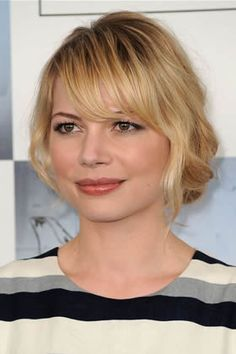 Michelle Williams evokes images of the Greenwich Village artist by pulling ends back at the nape of the neck and letting the rest of her hair do whatever it may. It's as if she just dashed out of her studio to meet her comrades at the local street cafe.