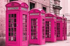 Cabines telefônicas cor-de-rosa.