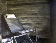 Perinteisten lauteiden sijaan nauti saunan lämmöstä #saunatuolissa:) Seinä ja laudetaso sävytettyä haapapaneelia.  #Aalman Oy - rakennuspalvelut, p. 040 705 7630 www.aalman.fi