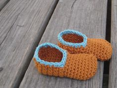 Free crochet pattern for cute and simple crochet baby slippers. Part of a layette set