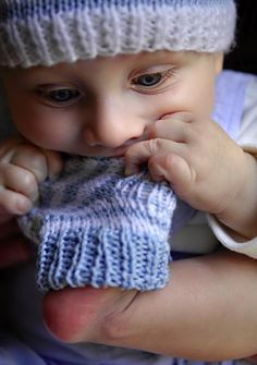 These don't taste so bad Knit Baby Booties, Baby Makes, Darning, Crochet Yarn, Baby Knitting, Little Ones, Cute Babies, Knitted Hats, Cool Pictures