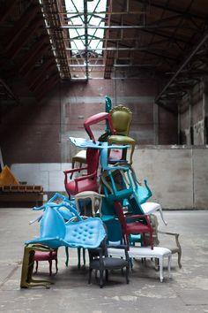 De Plastic Fantastic collectie van JSPR = barok meets hip. Klassieke meubels waarmee je gerust in de regen kan zitten of een feestje kan geven. Een drup regen of een gemorst glaasje: no worries. Op deze foto tussen € 617 en €1478 www.gimmii.nl/ontwerper/jspr/