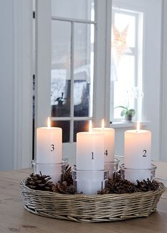 New idea for advent candles Christmas Advent Wreath, Noel Christmas, Winter Christmas, Advent Wreaths, White Candles, Pillar Candles, Diy Natal, Advent Candles, Christmas Interiors