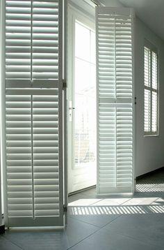 Met shutters bepaal je je eigen privacy en licht inval. Balcony Doors, White Apartment, Old Shutters, Shutter Doors, Interior Decorating, Interior Design, Hospitality Design, Sliding Doors, Window Treatments