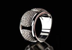 Dieser rhodinierte Ring ist extrem alltagstauglich und passt zu vielen anderen Schmuckstücken. Im Blickpunkt funkeln klare weisse Steinchen. Ganz klar ein handgefertigter Hingucker.  925er Sterling Silber Rhodium überzogen Zirkonia-Pavé weiss