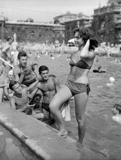 22 Interesting old school photos to make you think. School Fun, Old School, Young Frank Sinatra, Maynard James Keenan, School Pictures, School Pics, Danny Trejo, Muscle Beach, Ziegfeld Girls