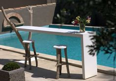 LE BAR    Powder painted steel tablet.    Dimensions:   Longueur: 250cm  Largeur: 50cm  Hauteur: 95cm    Dimensions on demand.  2 bar chairs included. White.  1 opening for ice bucket.  1 ice bucket black included.