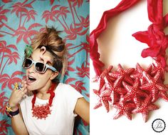 Collar compuesto por estrellas de mar montado con trapillo rojo.