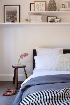 decoração simpres de quarto com prateleiras na parede da cabeceira da cama