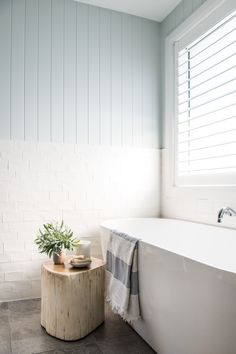 From Brick Box to Timeless Beach House - Einrichtungsstil Beach House Bathroom, Beach Bathrooms, Beach House Decor, Bathroom Inspo, Bathroom Ideas, Bathroom Tubs, Bathroom Gallery, Bathtub Ideas, Boho Bathroom