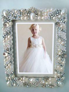 como fazer porta retrato para noivas - Pesquisa Google Personalised Frames, Handmade Frames, Jewelry Frames, Jewelry Art, Picture Frame Decor, Vintage Jewelry Crafts, Frame Crafts, Wedding Frames, Button Art