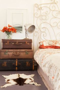 The Watermans Bay Beach Shack by Twinkle & Whistle - Bedroom: Vintage suitcases as bedside table and a dramatic bedhead Vintage Suitcases, Vintage Luggage, Suitcase Storage, Suitcase Table, Boho Deco, Vintage Trunks, Antique Trunks, Vintage Bench, Beach Shack
