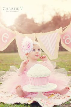 first birthday cake smash. Love the giant cupcake for a smash cake. 1st Birthday Cake Smash, Baby Girl 1st Birthday, First Birthday Parties, First Birthdays, Cake Smash Photography, Birthday Photography, Outdoor Cake Smash, Fete Emma, 1st Birthday Pictures