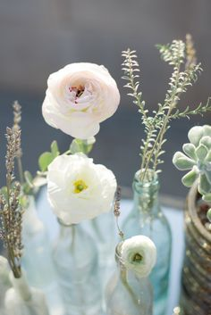 Simple ranunculus centerpiece - gets me every time!   Photography: Something Gold Photography - somethinggoldphotography.com