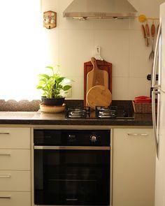 Com certeza um dos ambientes mais movimentados a cozinha daqui de casa é  predominantemente branca e preta eu adoro porque assim tenho mais liberdade na hora de combinar os acessórios.  #myhome #kitchen