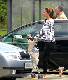 August Kate Middleton is spotted grocery shopping, her first public appearance since the birth of Prince George. She's wearing a striped boatneck tee by Ralph Lauren, black Paige Denim skinny jeans, Givenchy sunglasses and boat shoes by Sebago Bala. Kate Middleton Jeans, Kate Middleton Zapatos, Vestido Kate Middleton, Style Kate Middleton, Princesa Kate Middleton, George Et Charlotte, Princess Charlotte, Kate Middleton Embarazada, Duchesse Kate