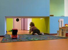 Een kind in een Nederlands kinderdagverblijf heeft 'recht' op 3,5 vierkante meter vloeroppervlak. Door een slimmere indeling en het delen van functies door Bos en Alkemade architecten hebben de kinderen van de blauwe kinkajou in de Haagse uitbreidingswijk Leidschenveen veel meer ruimte om te spelen. Een grotere variatie in speel- en slaapruimten en een spannend kleurenpalet maken het tot een waar paradijsje.