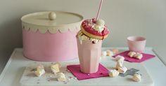 Freakshake: Pink Delight Milkshakes, Birthday Candles, Smoothies, Panna Cotta, Alcohol, Melk, Cake, Ethnic Recipes, Desserts