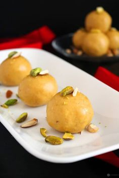 Besan Ladoo is an easy to make Indian sweet you can make in less than 15 mins. Perfect to make for Diwali, Holi or other festivals. Easy Indian Sweet Recipes, Indian Dessert Recipes, Indian Sweets, Indian Snacks, Easy Healthy Recipes, New Recipes, Cooking Recipes, Favorite Recipes, Indian Recipes