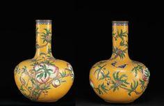 Paire de vases bouteilles tianqiuping - « Aux Fleurs de Pêchers », Chine, fin de l'époque Qing, vers 1900