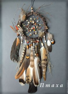 Beautiful dream catcher with a lot of feathers Beautiful Dream Catchers, Dream Catcher Art, Dream Catcher Mobile, Feather Dream Catcher, Dream Catcher Bracelet, Crafts To Make, Arts And Crafts, Diy Crafts, Deco Nature