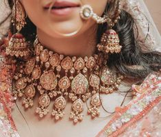 Bridal Jewelry Wedding Under 15 Lakhs - Wedding Under 15 Lakhs includes everything from decor, food, venue, photographers, decorator and all of bride and family's outfit budget. Indian Bridal Jewelry Sets, Indian Jewelry Earrings, Fancy Jewellery, Bridal Accessories, Bridal Jewellery, Silver Jewelry, Antique Jewellery, Indian Accessories, Cartier Jewelry