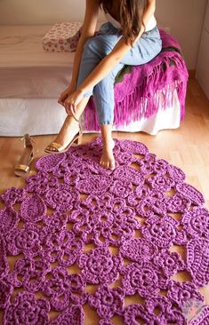 Alfombra de Trapillo a Crochet de muestras de Flores. Trapillo rug crochet samples of flowers. Crochet rug by SusiMiu Trapillo carpet made up signs shaped flowers, sewn together by hand. As it is only on request, it is possible to choose the colors (max a Carpet Crochet, Crochet Mat, Love Crochet, Irish Crochet, Crochet Stitches, Crochet Patterns, Crochet Summer, Chunky Crochet, Crochet Home Decor