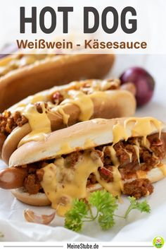 Rezept für leckeren Hot Dog mit Hackfleisch und Käsesoße. Käsesoße mit Weißwein. Tolles Familienessen als Mittagessen oder Fingerfood. #hotdog #burger #hackfleisch #käse #käsesoße #meinestube #fingerfood #mittagessen