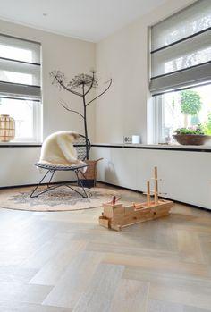 #woonkamer #binnenkijker #interieur #kids #toys #inspiratie #visgraat #pvc #vloeren #pvcvloer HOME MADE BY_STIJL BINNENKIJKER | INTERIEURSTYLIST| WOONKAMER | INSPIRATIE | SFEERVOL | INTERIEUR TRENDS | TIJDLOOS | PLANTEN | GROEN | MUUR | VISGRAAT PVC VLOER | GORDIJNEN | SPEELGOED Living Room Decor, Living Spaces, Modern Blinds, Stores, Ideal Home, Interior Styling, New Homes, House Design, Flooring