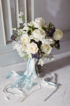 White flower wedding bouquet with blue berries. Photography by http://www.craigevasanders.co.uk/