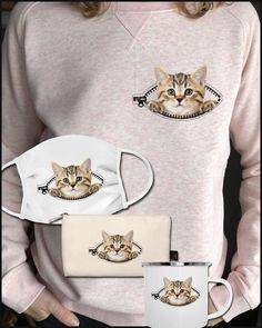 Das süße Kätzchen guckt aus dem zipper. Immer deine Katze Seite in der Tasche dabei haben... das wäre ein schnurrender Traum. Mehr Motive gibts in unserem Shop zu kaufen www.katzenshirts.at Exercise Wheel, Tier Fotos, Dog Art, Kittens Cutest, Zipper, Pullover, Pocket, Shirts, Stuff To Buy
