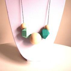 Sautoir graphique perles en bois géométriques turquoise foncé, vert d'eau et bois naturel sur fil de coton ciré