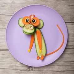 Monkey made of cucumber and carrot board and plate - Food Carving Ideas Cute Snacks, Cute Food, Funny Food, Toddler Meals, Kids Meals, Food Art For Kids, Childrens Meals, Food Carving, Food Decoration