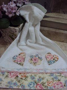 Explore Costura com Arte . Dish Towels, Hand Towels, Tea Towels, Fabric Crafts, Sewing Crafts, Sewing Projects, Decorative Towels, Theme Noel, Patch Quilt