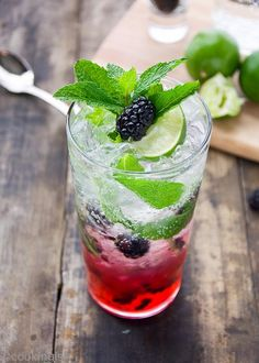 Fresh blackberries, mint, simple syrup and soda - simple and refreshing blackberry mojito. The perfect summer drink. Made with simple syrup. Cocktails Vin, Cocktail Drinks, Alcoholic Drinks, Beverages, Cocktail Ideas, Pina Colada, Bebida Mojito, Raspberry Mojito, Easy Healthy Recipes