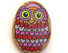 Hand Painted Stone Owl por ISassiDellAdriatico en Etsy